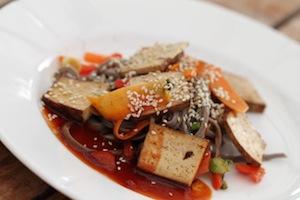 Stekta grönsaker med tofu och nudlar